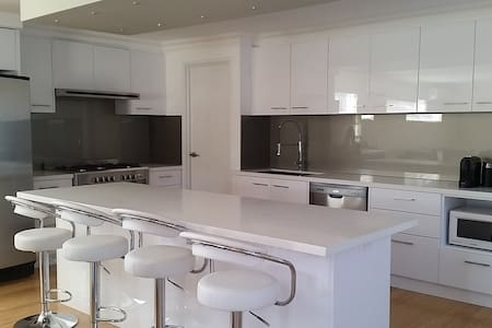 Luxury 4 bed home 10min from CBD with park views
