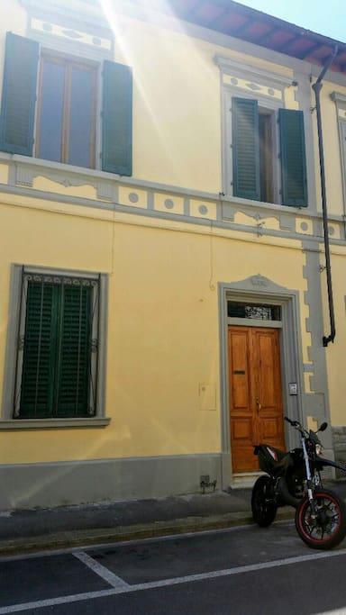 Il portone di ingresso della appartamento in via da filicaia 21
