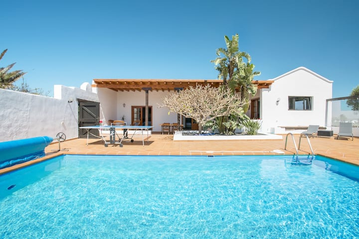 Luxurious Country House Casa El Quinto with Pool, Terrace, Garden & Wi-Fi; Parking Available