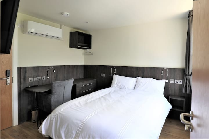 Newly Refurbished Deluxe Room – Private Bathroom