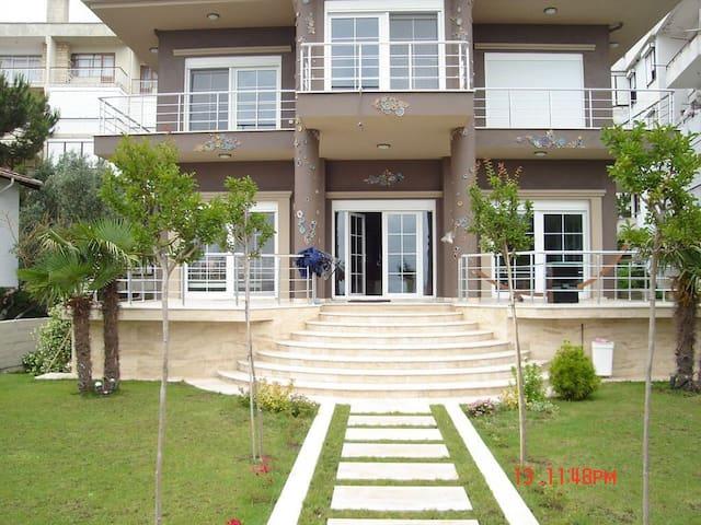 Yalova, Armutlu'da eşsiz, denize sıfır villa