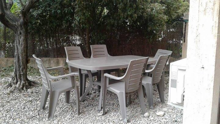 Studio climatisé avec WIFI et jardin avec barbecue