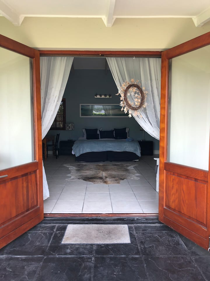 Beautiful cottage for 2, a stones throw from ocean