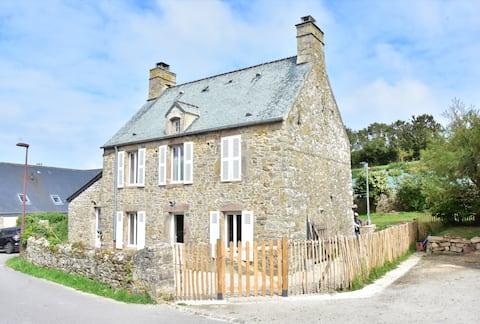 Maison Typique en pierre du Cotentin- Saint Germain des Vaux au cœur du village. Chaleureuse et confortable. Rénovée à neuf !