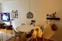 Spisebord som kan slås ud hvortil flere stole i kælderen