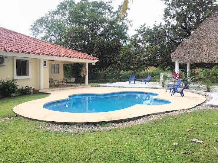 Amplia casa con piscina en playa coronado