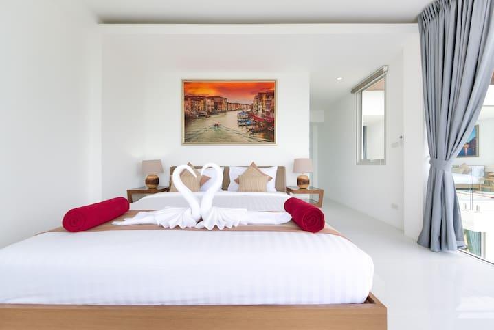主卧室有卫生间 双人床 空调 落地玻璃窗 The master bedroom has a bathroom, queensize bed, air conditioning, floor-to-ceiling glass windows