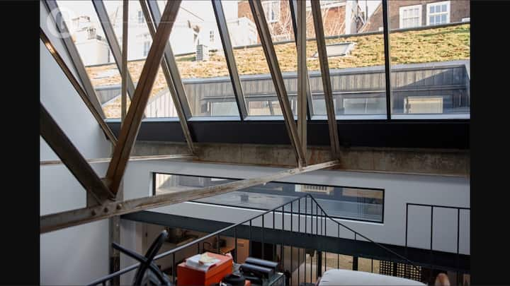 Eye-catching loft in Amsterdams historic center.