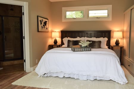 The Suite on Gold, Bed and Bath with private entry - Redding - 宾馆