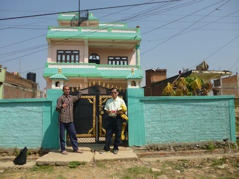 Familjehus i Adhikari med utsikt över staden