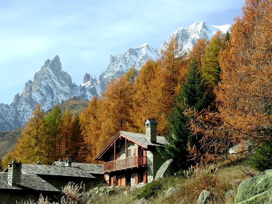 La baita d'autunno, l'Aiguille Noire, l'Aiguille Blanche e il Monte Bianco