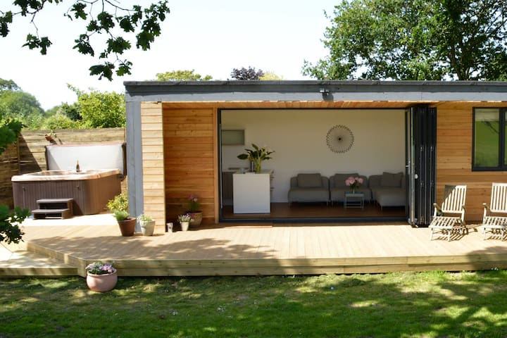 Chic cabin with private hot tub in the New Forest