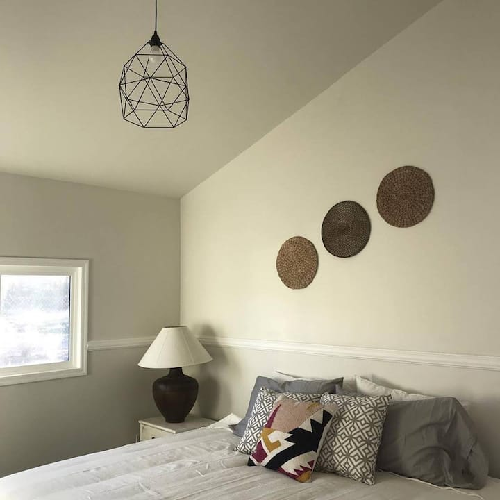 Serne, Clean and Cozy Bedroom. Twin Beds ONLY