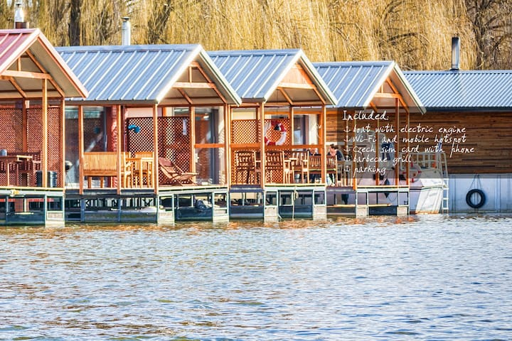 2 comfy houseboats + 2 boats in Prague - 14 pers.