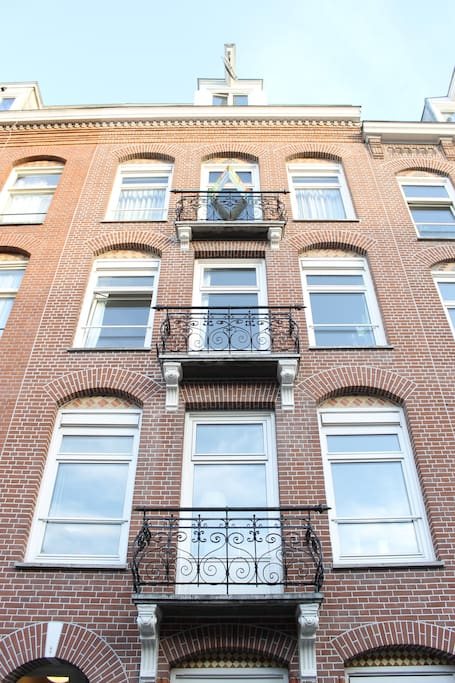 The front view of our traditional Amsterdam style apartment, built around 1900