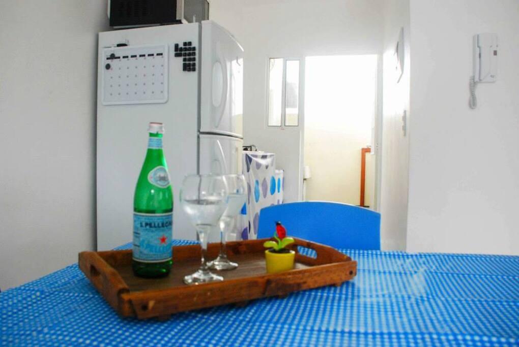la cocina cuenta con refrigerador de 12 pies y estufa con 4 ornillas