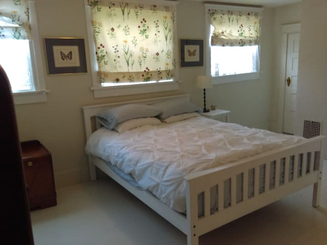 Great room in old farmhouse outside of downtown - Olympia - Talo