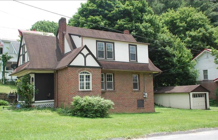 Bluefield Tudor Near Colleges - Queen Room
