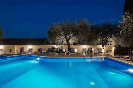 Olive Grove Poolside Apartments 3
