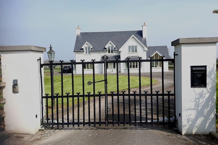Shannon - luxury home - sleeps 6 near Banagher