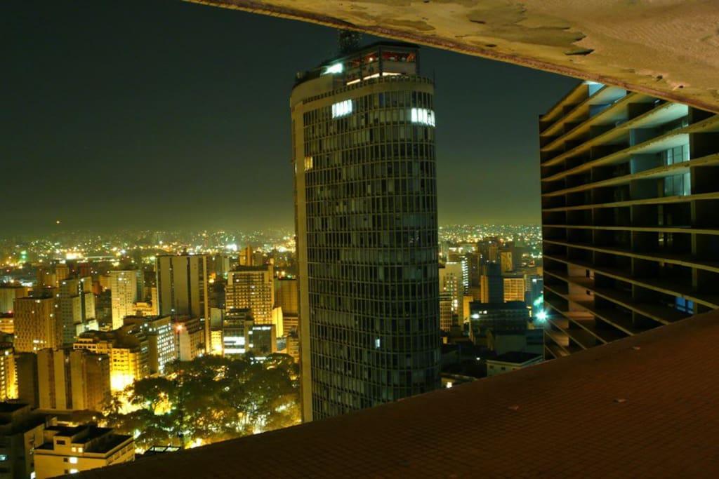 A vista da janela à noite. Segundo o site Catraca Livre, uma das 10 melhores vistas de São Paulo =)