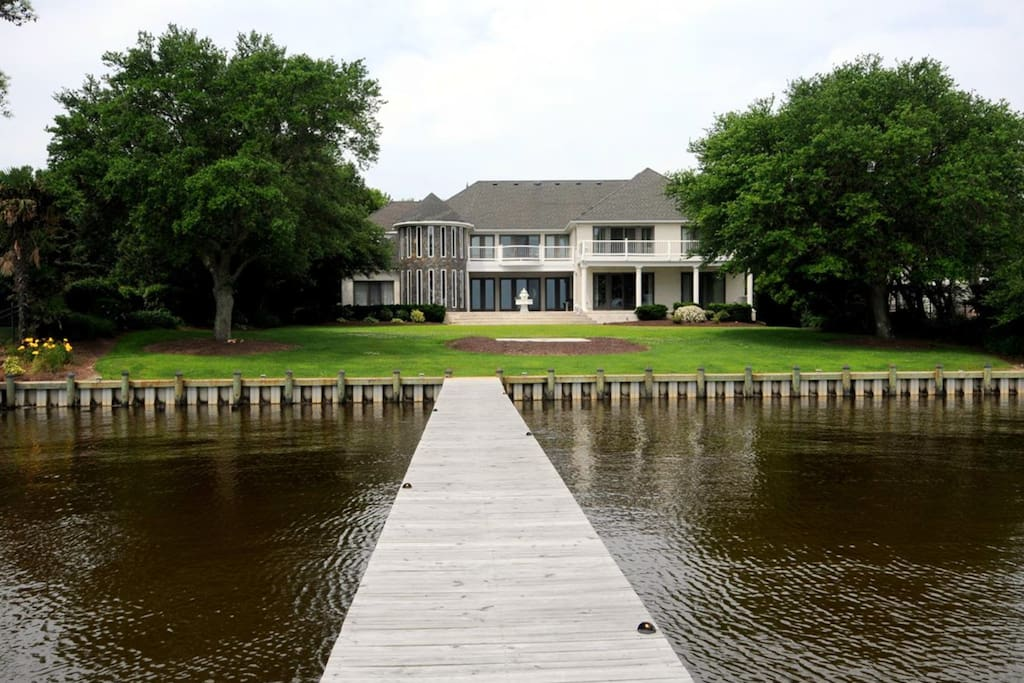 Exclusive Waterfront Estate, 1.5 acres of Privacy on the Currituck Sound