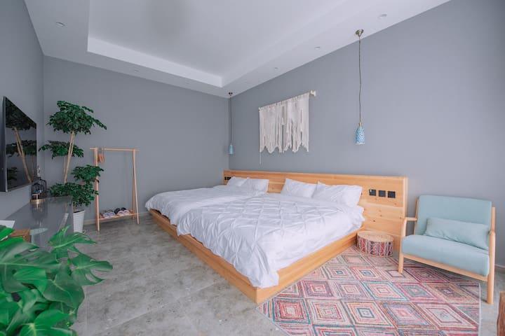 客房面积36平米,床垫为1.5米✖️2米两张,可拼接成3米✖️2米大床。