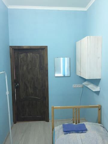 Синяя комната с видом из окна