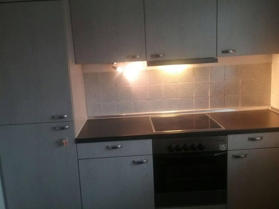 Einbauküche mit Kühlschrank, Herd ...