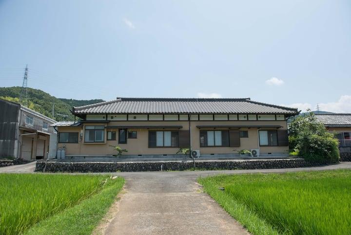 日本らしい建物の中にある和モダンなベッドルーム