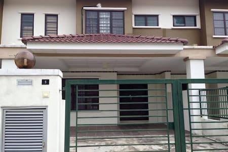 NEW HOMESTAY HOUSE NEAR UKM/GMI - Kajang