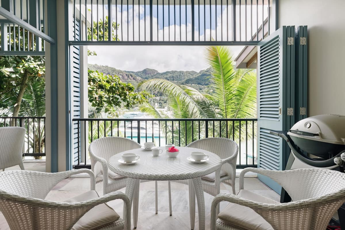 Waterfront Apartment in Verdant Privacy on Eden Island