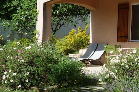 T2 avec son jardin/terrasse - Gréoux-les-Bains - Lakás