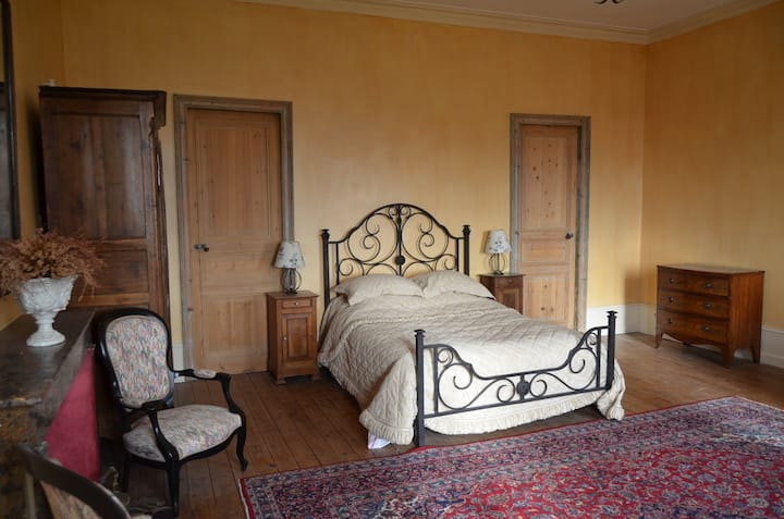 Majestic chateau room near Bordeaux and St Emilion