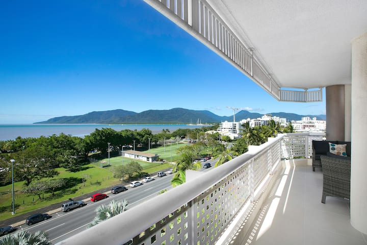 Cairns Luxury Seafront Apartment