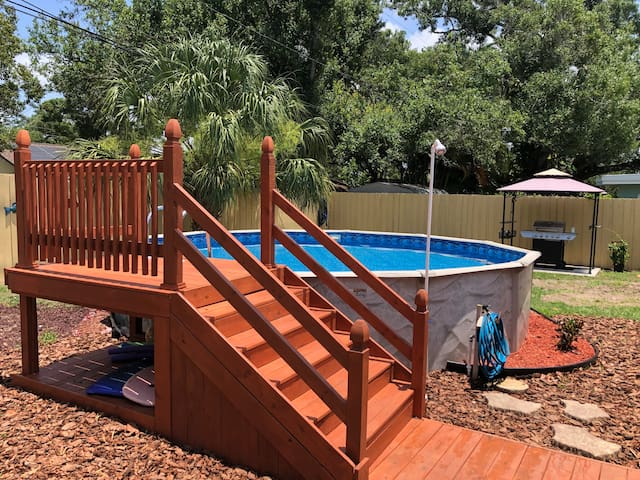Cozy 2BR/2BR, heated pool, jacuzzi, 10 min beach