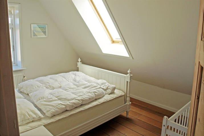 Andet soveværelse med mindre dobbeltseng.