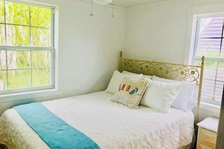 Adorable  renovated cottage a block from beach
