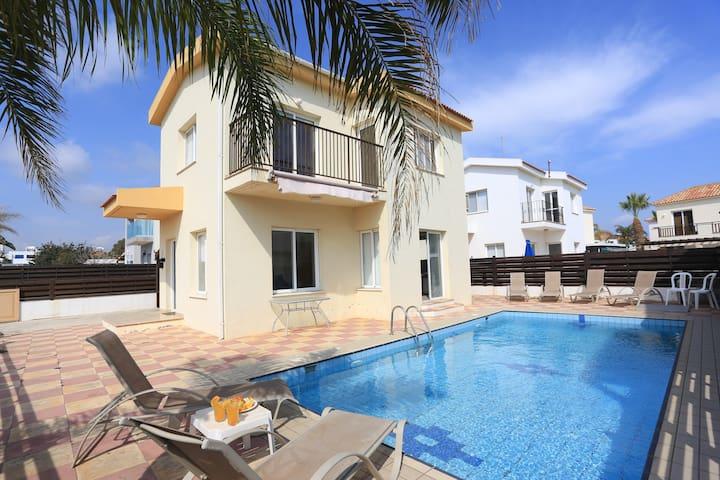 SeaBreeze Villa - Private Pool, Netflix, Beach