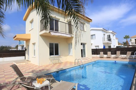 SeaBreeze Villa 1 - Private Pool, Netflix, Beach