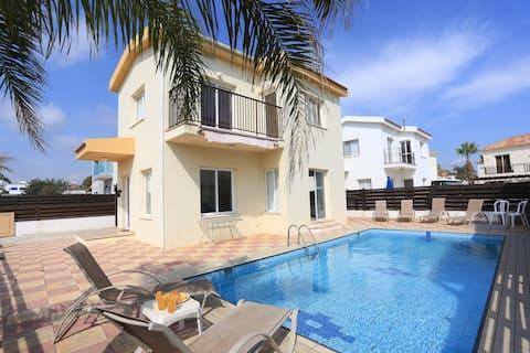 SeaBreeze Villa 4 - Private Pool, Netflix, Beach