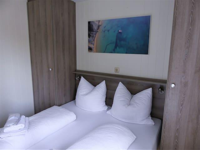 Schlafzimmer 1 mit Doppelbett und Bild von der SolarWave (Solarboot in Griechenland)