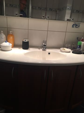 Servant og store speil på bad