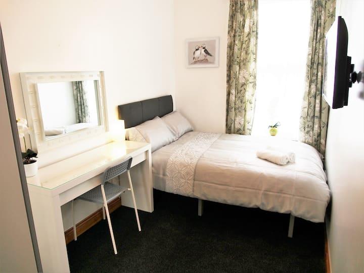 NEW Beautiful! 3 Bed Apt. Sleeps 3-6 people