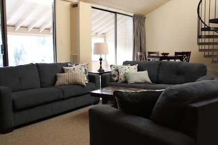 Roomy 1500 square foot center village 3BR 2Bath - Διαμέρισμα