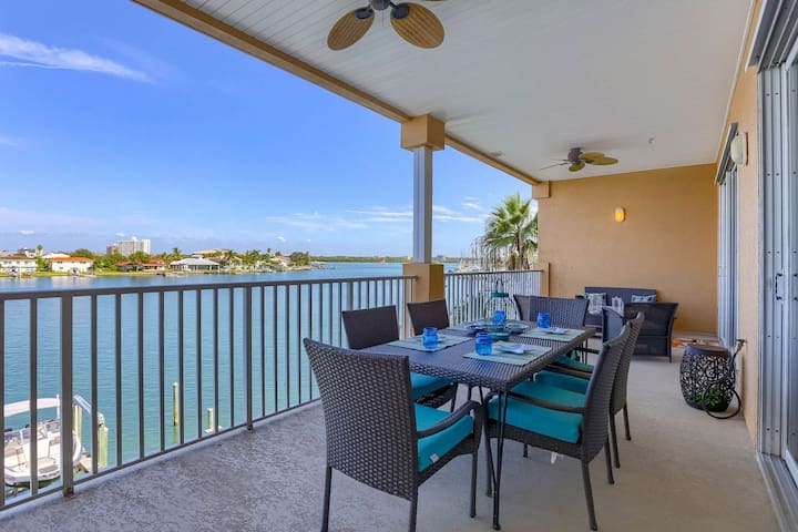 Waterfront, Spacious Balcony, 2 Kings! Free Cable & Wi-Fi, W/D, Pool, Hot Tub-304 Island Key