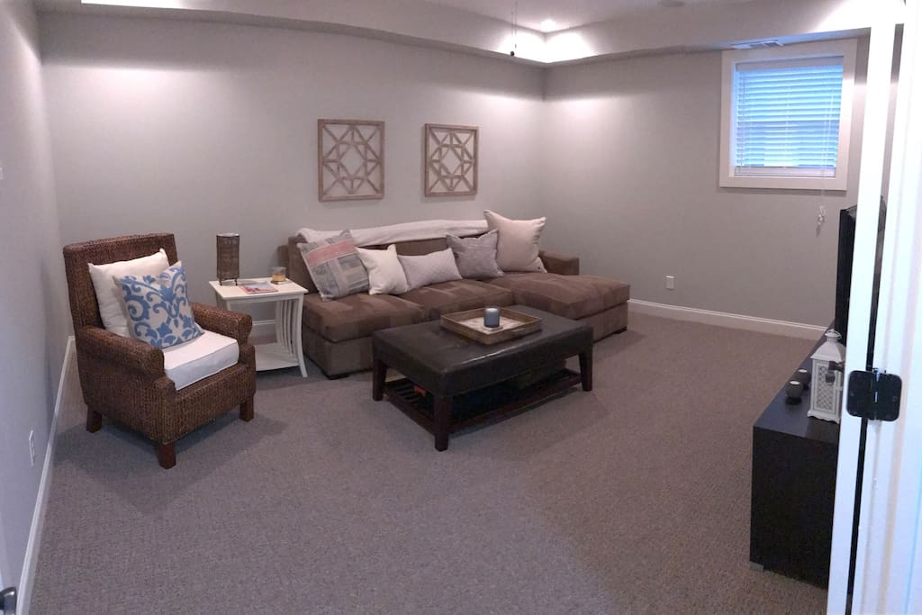Private living room with TV, AT&T U-verse and free Wifi