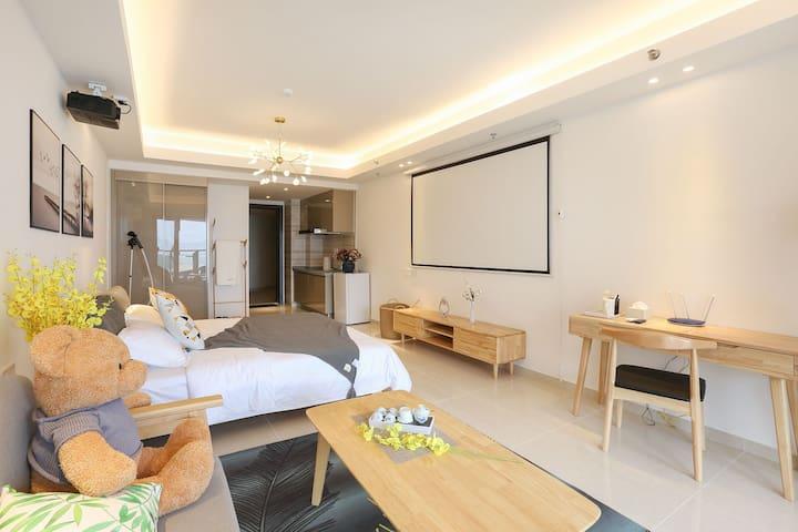 一粟清舍-阳江海陵岛敏捷黄金海岸海景大床房。简约温馨,巨幕投影。