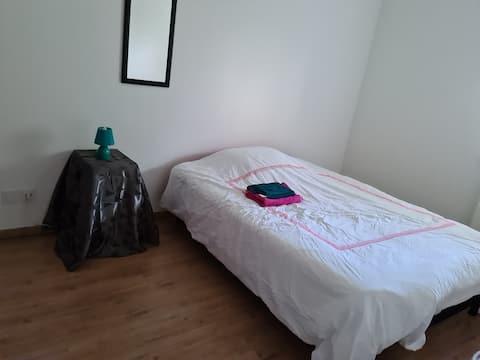 Chambre Lumineuse dans appartement neuf à Boucau