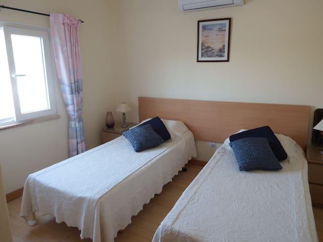 Bedroom 5, 2 single beds